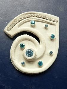 Hier ein Beispiel wie Sie eechte Edelsteine in Art Clay einbetten können